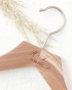 Personalisierter Kleiderbugel aus Zedernholz mit eingravierten Initialen und Datum